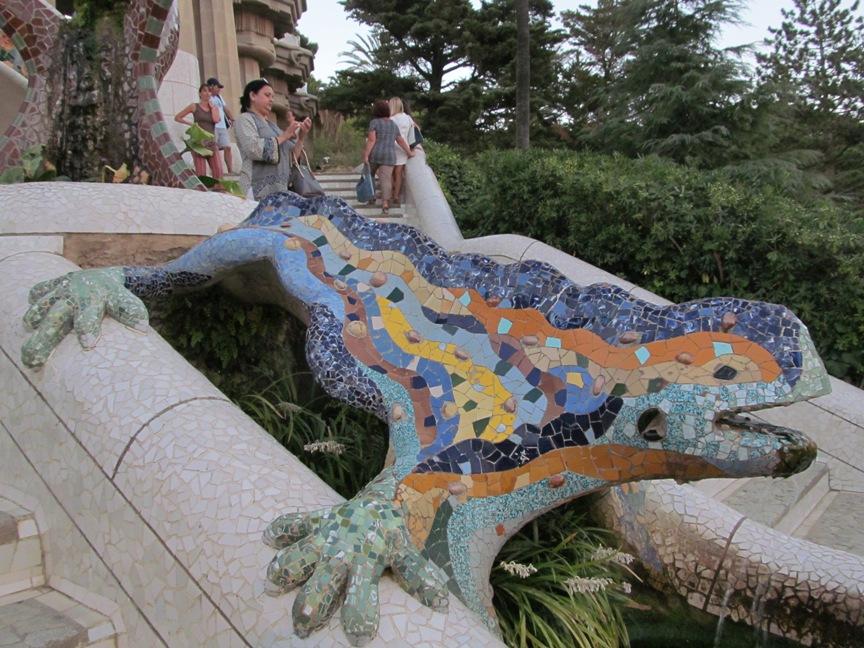 Ящерица в парке Гуэля в Барселоне фото