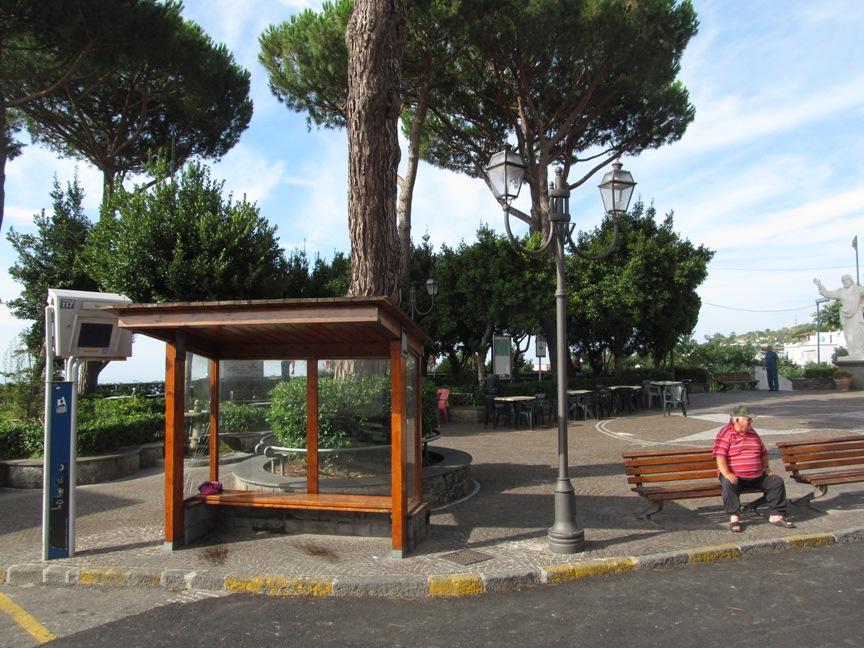 На фото остановка автобуса на Искье