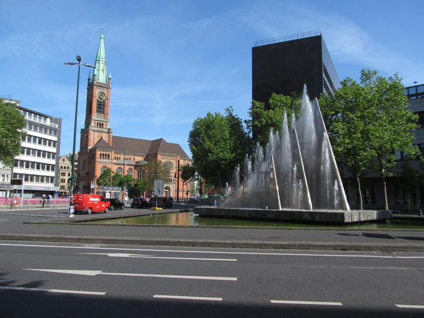 Фонтан и старая башня в Дюссельдорфе