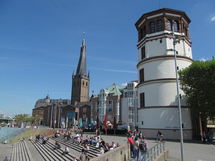 Башня на набережной Дюссельдорфа фото
