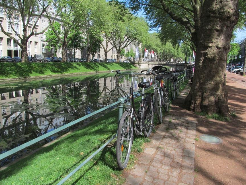 Канал в центре Дюссельдорфа фото