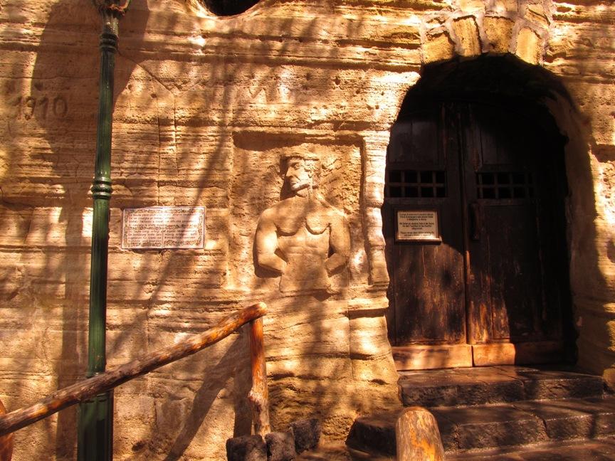 Вход в сауну в скале, Форио, Сады Посейдона фото