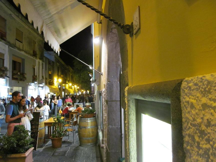 Центральная улица Форио ночью фотография