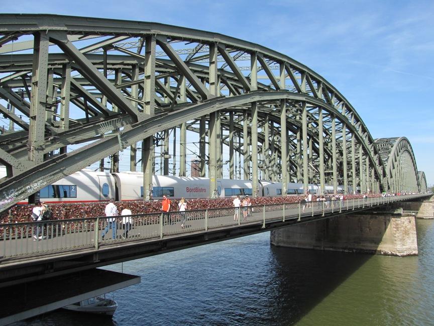 На фото мост Гогенцоллернов в Кёльне