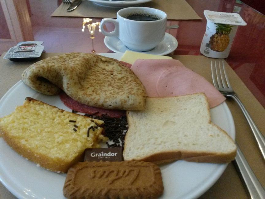 Завтрак в отеле Ensor в Брюгге фото