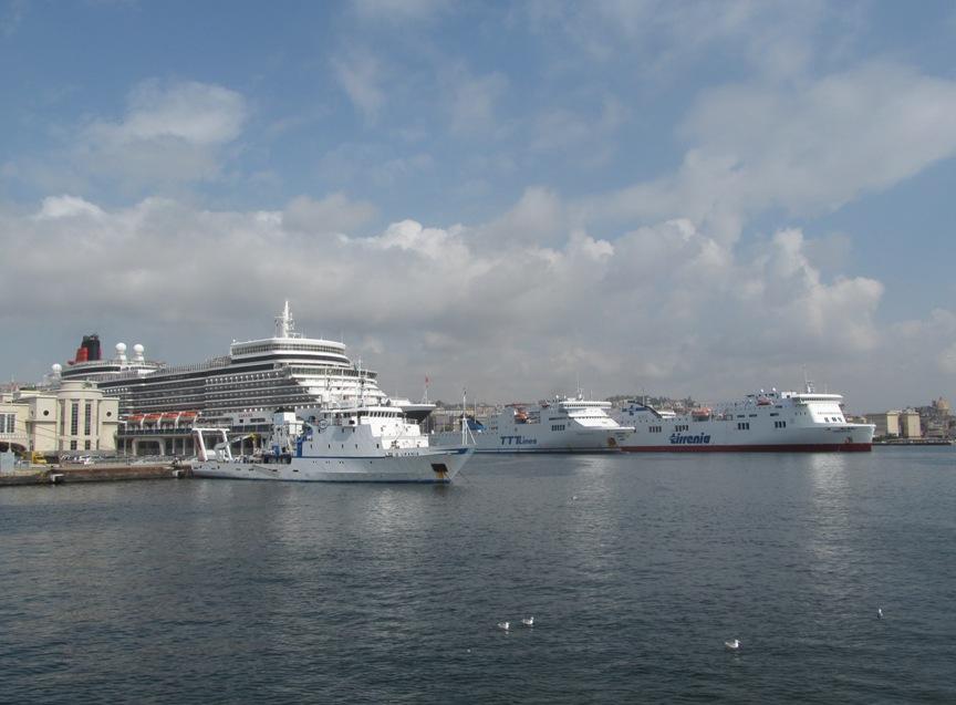 Пассажирские лайнеры в порту Неаполя фото