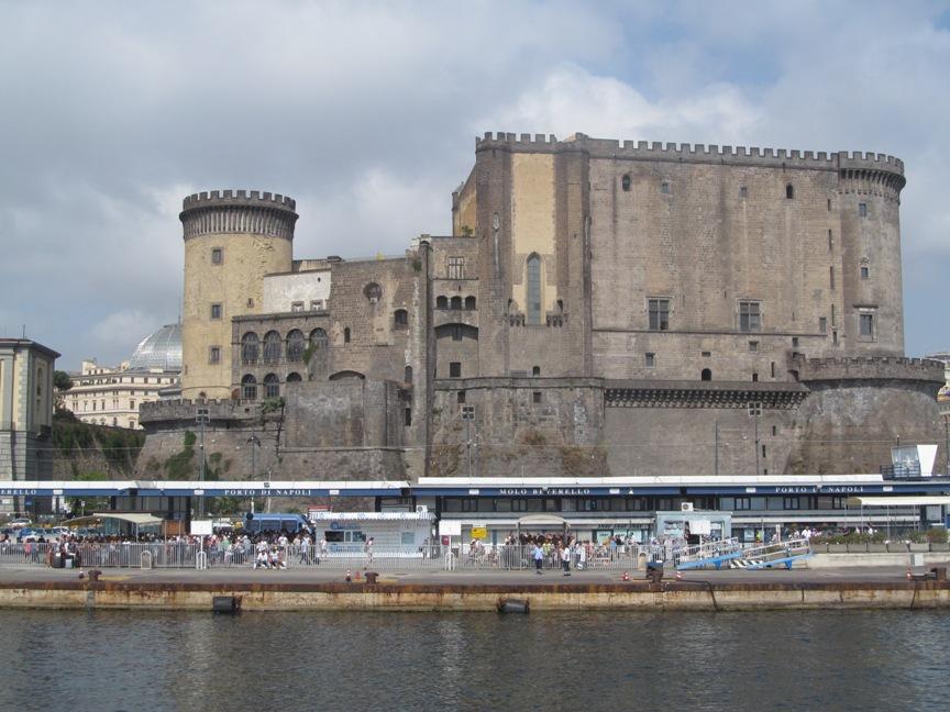 Фото замка Кастель-Нуово в Неаполе