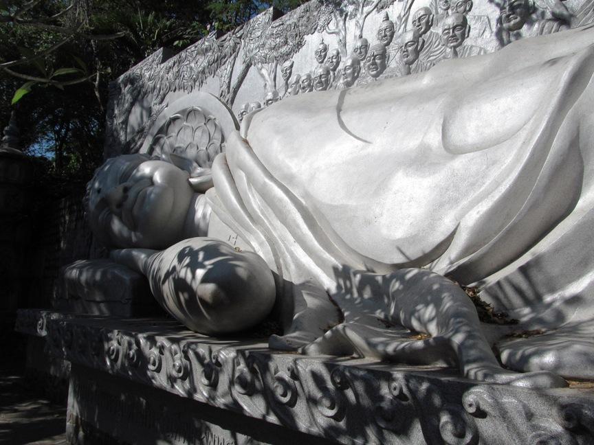 Фото лежащего Будды в Нячанге