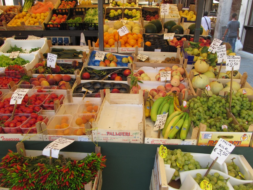 Прилавки с продуктами и ценами в Венеции
