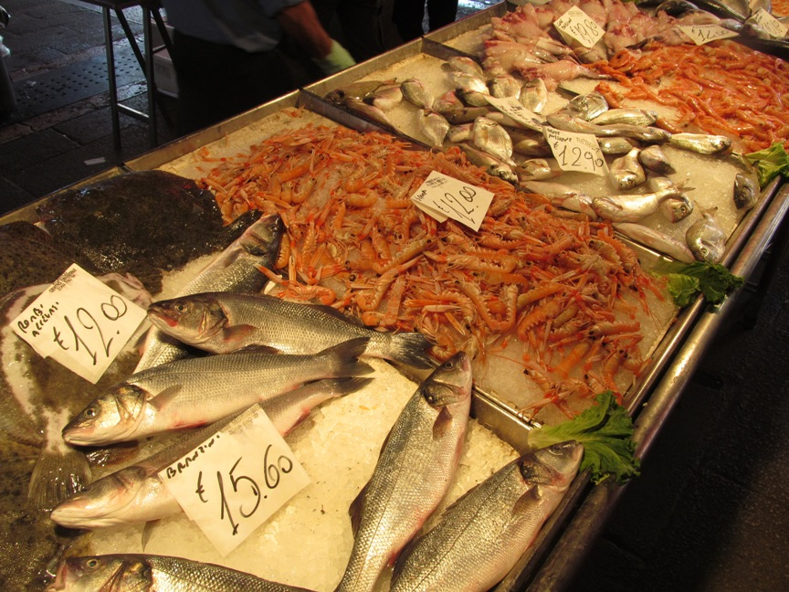 Популярная рыба, лангустины и креветки фото из Венеции