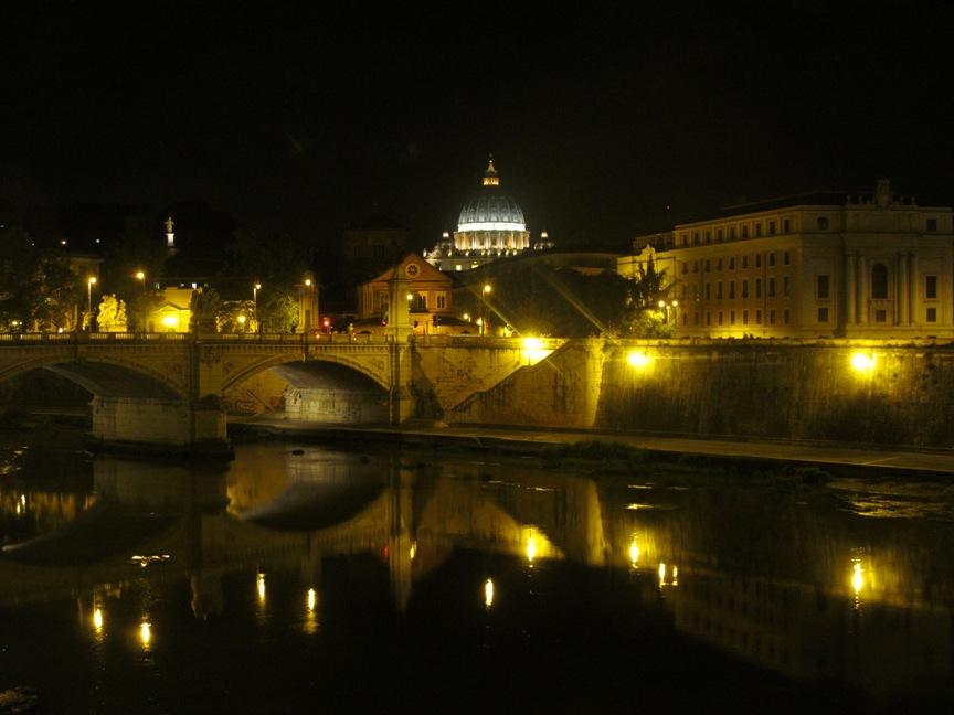 Тибр и собор Ватикана в Риме ночью