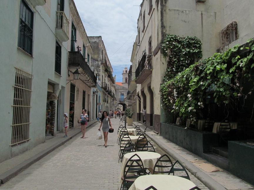 Девушка на улице в Гаване