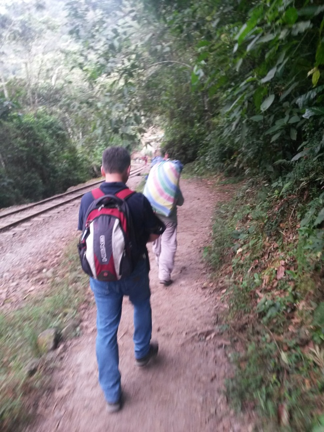 Перуанец несёт 20 кг багаж на спине фото