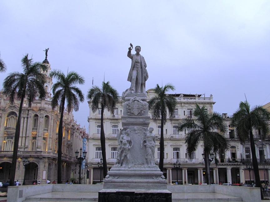 Памятник Хосе Марти и отель Инглетера на Кубе фото