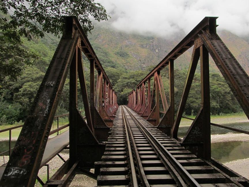 Мост через Урубамбу от Агуас-Калиентеса на Гидроэлектрику