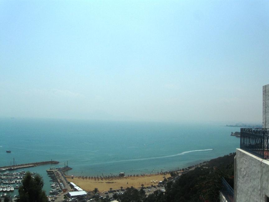 На фото Средиземное море в Сиди-Бу-Саиде
