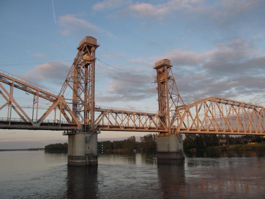 Проплытие теплохода под мостом фотография