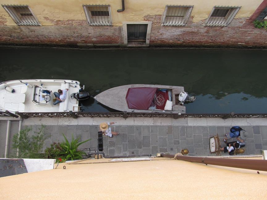 На фотографии вид из отеля в Венеции