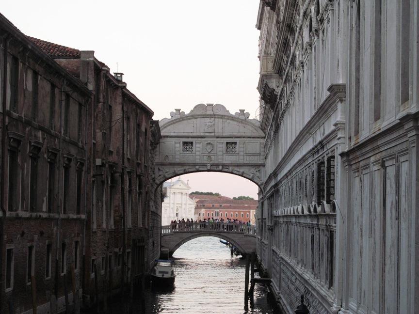 На фотографии Мост Поцелуев в Венеции