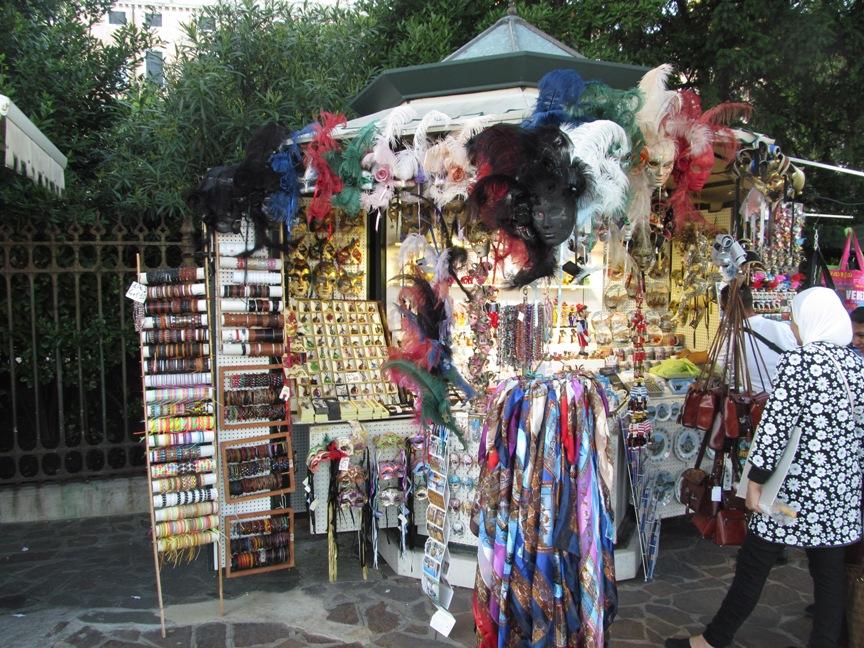 На фото Венецианские маски в продаже