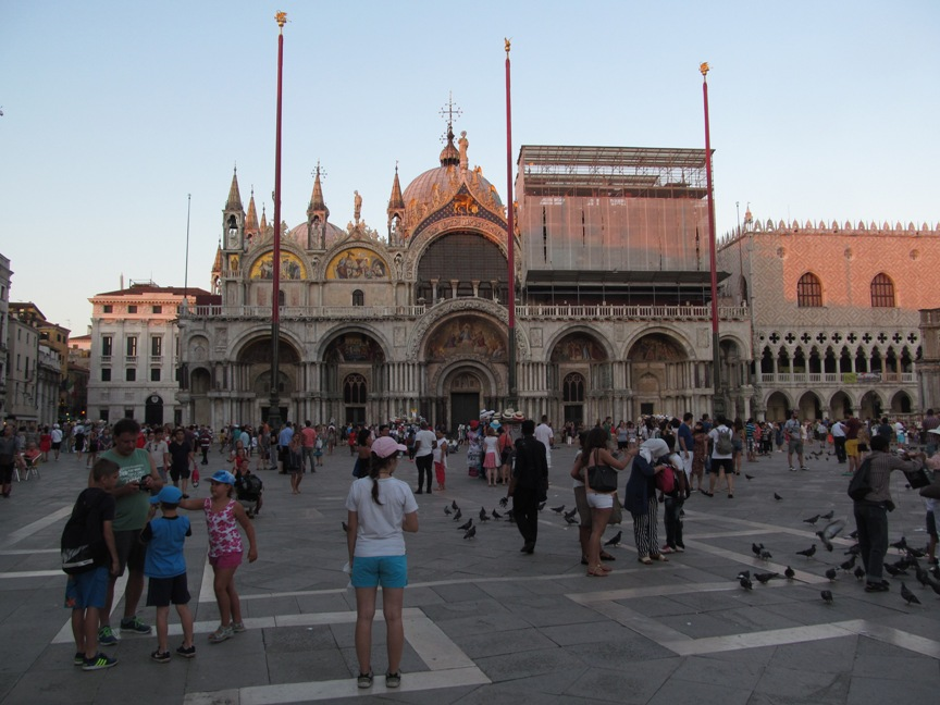 На фото туристы в Венеции