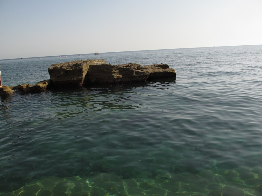 Вода на пляже на Искье в Сант-Анджелло фото