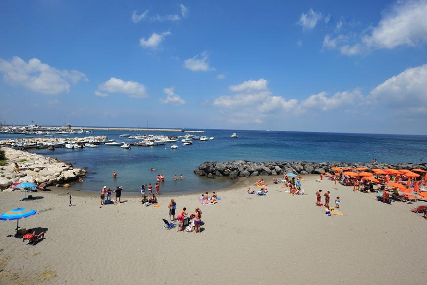 Пляж в Казамиччола Терме на Искья