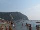 Люди на пляже Италии