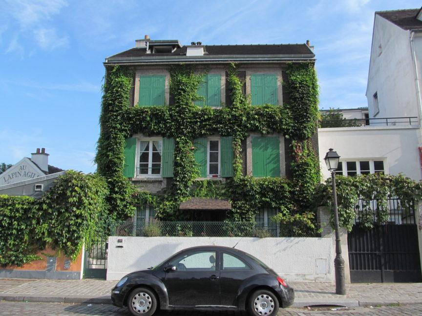 Дом на Монмартре в зелени