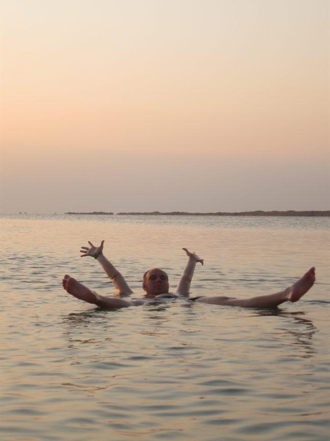 лежать на воде на Мёртвом море