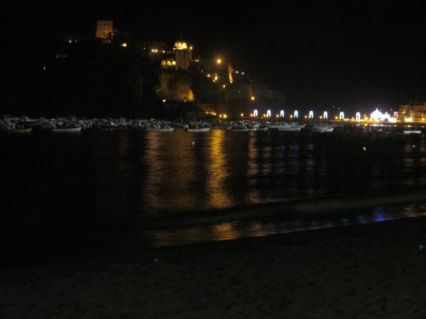 Арагонский замок ночью фото